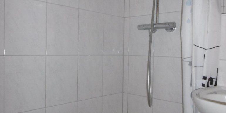 Bad mit offener Dusche und Fliesenspiegel bis unter die Decke